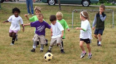 kids_playing_footbal